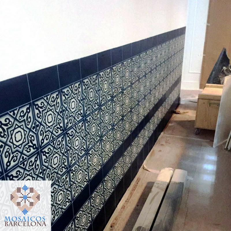 MosaicosBarcelona-Otra-pared-decorada-con-cenefa-de-baldosas-hidarulicas