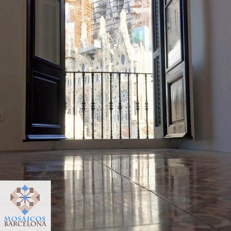 Limpieza, abrillantado y acristalado de suelo hidráulico en vivienda de Barcelona 1