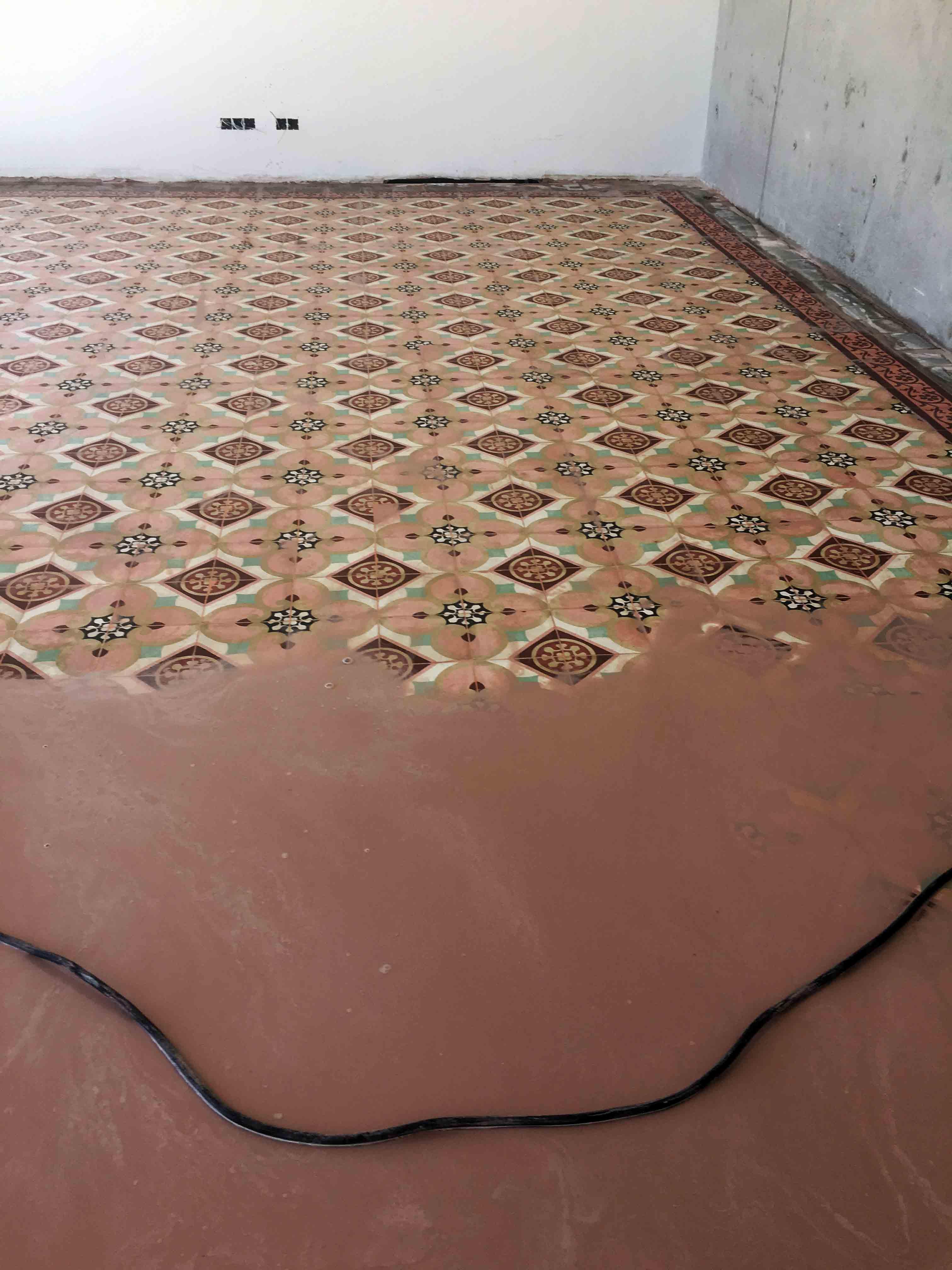 Pulido y abrillantado de suelo de mosaico hidráulicos en vivienda de ...